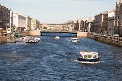 St Petersburg Ryssland-Juni 12, 2019 Den Fontanka floden Nöjefartyg med turister Historiskt centrera solig dag royaltyfria foton