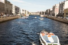 St Petersburg Ryssland-Juni 12, 2019 Den Fontanka floden Nöjefartyg med turister Historiskt centrera solig dag arkivbild