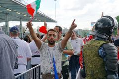 ST PETERSBURG RYSSLAND - JUNI 15, 2018: Den iranska fotbollsfan väntar i linjen för en match Marocko - Iran på den FIFA världscup Arkivbilder