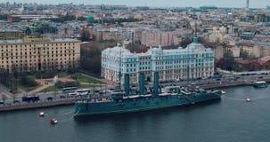 ST PETERSBURG RYSSLAND - Juni 29, 2017: Den legendariska revolutionära skepp-museum kryssaremorgonrodnaden på den Neva floden i h arkivfilmer