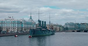 ST PETERSBURG RYSSLAND - Juni 29, 2017: Den legendariska revolutionära skepp-museum kryssaremorgonrodnaden på den Neva floden i h stock video