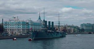 ST PETERSBURG RYSSLAND - Juni 29, 2017: Den legendariska revolutionära skepp-museum kryssaremorgonrodnaden på den Neva floden i h lager videofilmer