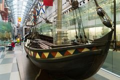 St Petersburg Ryssland - Juni 02 2017 Fartyg av tsar Peter I i sjö- museum i Kryukov baracker Arkivbilder