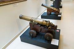 St Petersburg Ryssland - Juni 02 2017 Forntida kanon i sjö- museum i Kryukov baracker Royaltyfri Fotografi