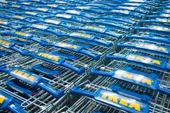 ST PETERSBURG RYSSLAND - JUNI 3, 2019: IKEA lagerlager, buntar för shoppingvagn med logo royaltyfri fotografi