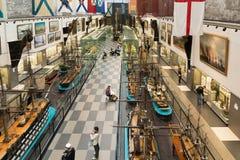 St Petersburg Ryssland - Juni 02 2017 Inre för bästa sikt av det sjö- museet i Kryukov baracker Arkivbild