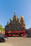 St Petersburg Ryssland - Juni 04 2017 Kyrkan av frälsaren på det spillda blodet och den turist- bussen Arkivfoto