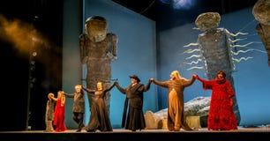 St Petersburg Ryssland - Juni 7, 2014: Mariinsky teater, opera - Siegfried, konstnärtillträde till pilbågen på slutet av Royaltyfri Bild