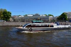 St Petersburg Ryssland - Juni 4 2017 Odyssey - nöjefartyg på floden fotografering för bildbyråer