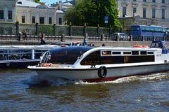 St Petersburg Ryssland - Juni 4 2017 Odyssey - nöjefartyg på floden royaltyfri fotografi