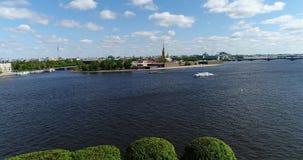 St Petersburg Ryssland - Juni 04 2017 Peter och Paul Fortress och hareö från Neva River arkivfilmer