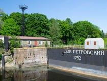 St Petersburg Ryssland - Juni 01, 2016: Petrovsky skeppsdocka på Kronstadt Royaltyfria Foton