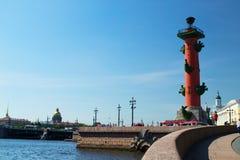St Petersburg Ryssland - Juni 01, 2016: Pylon som spottas av Vasilyevsky Island Arkivfoton