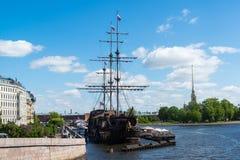 St Petersburg Ryssland - Juni 03 2017 Restaurang i segelbåtflygholländare Royaltyfri Foto