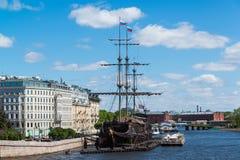 St Petersburg Ryssland - Juni 03 2017 Restaurang i segelbåtflygholländare om den Mytninskaya invallningen Royaltyfri Foto