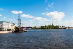 St Petersburg Ryssland - Juni 03 2017 Restaurang i segelbåtflygholländare om den Mytninskaya invallningen Arkivfoto