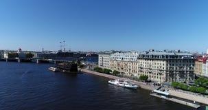 St Petersburg Ryssland - Juni 04 2017 Sikt av den Mitninskaya invallningen och den Birzevoy bron från Neva River arkivfilmer