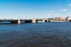 St Petersburg Ryssland - Juni 03 2017 Sikt av slottbron från Neva River Royaltyfria Bilder