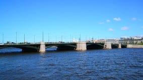 St Petersburg Ryssland - Juni 04 2017 Sikt av slottbron från Neva River stock video