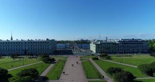 St Petersburg Ryssland - Juni 4 2017 Sikt från överkant av Mars fältet och den Troitsky bron över den Neva floden stock video