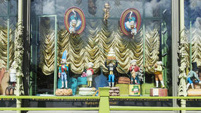 ST PETERSBURG RYSSLAND - JUNI 17 Ställer ut berömt shoppar Elisee Arkivbild