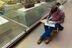 St Petersburg Ryssland - Juni 02 2017 Unga konstnärer målar i sjö- museum i Kryukov baracker Arkivfoto