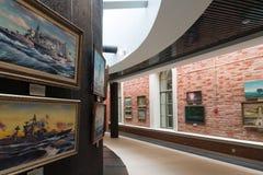 St Petersburg Ryssland - Juni 02 2017 Utställning av marin- målningar i sjö- museum i Kryukov baracker Arkivbilder