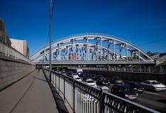 St Petersburg Ryssland, kan 2019, invallningen av förbikopplingskanalen och järnvägsbron Trafik på en solig dag royaltyfri fotografi