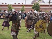 St Petersburg Ryssland - 28 kan 2016: strid av vikingarna Historisk reenactment och festivalen kan 28, 2016, i helgonet Petersbu Royaltyfria Bilder