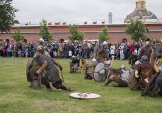 St Petersburg Ryssland - 28 kan 2016: strid av vikingarna Historisk reenactment och festivalen kan 28, 2016, i helgonet Petersbu Royaltyfri Fotografi