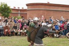 St Petersburg Ryssland - kan 28, 2016: Vikingar går kampen på den historiska rekonstruktionen av 28na kan, 2016, i helgonet Peter Royaltyfri Bild