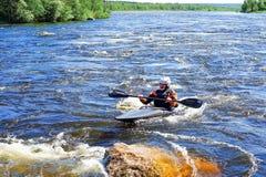 St Petersburg Ryssland 05 19 2018 Kayaker i ett fartyg på floden VUOKSA Arkivfoto