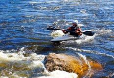 St Petersburg Ryssland 05 19 2018 Kayaker i ett fartyg på floden VUOKSA Royaltyfri Bild