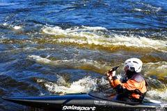 St Petersburg Ryssland 05 19 2018 Kayaker i ett fartyg på floden VUOKSA Fotografering för Bildbyråer