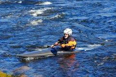 St Petersburg Ryssland 05 19 2018 Kayaker i ett fartyg på floden VUOKSA Royaltyfri Fotografi