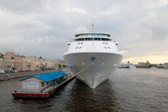 St Petersburg Ryssland Kryssningskepp på Neva River Royaltyfri Fotografi