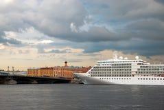 St Petersburg Ryssland Kryssningskepp på Neva River Royaltyfri Bild