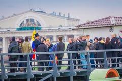 ST PETERSBURG RYSSLAND, 17 MAJ 2018: Dagligt på 12:00 som ett skott avfyras från en kanon på den Naryshkin bastionen detta Royaltyfri Bild