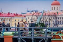 ST PETERSBURG RYSSLAND, 17 MAJ 2018: Dagligt på 12:00 som ett skott avfyras från en kanon på den Naryshkin bastionen detta Arkivbilder