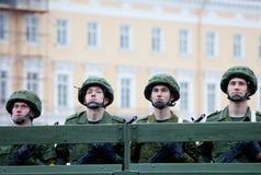 ST PETERSBURG RYSSLAND - MAJ 9: Den militära segern ståtar Arkivbilder