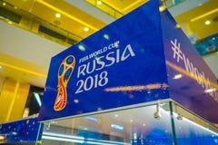 ST PETERSBURG RYSSLAND, 02 MAJ 2018: Den officiella logoFIFA världscupen 2018 i Ryssland skrivev ut på en blå bakgrund, i a Arkivbilder