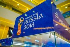 ST PETERSBURG RYSSLAND, 02 MAJ 2018: Den officiella logoFIFA världscupen 2018 i Ryssland skrivev ut på en blå bakgrund, i a Royaltyfri Bild