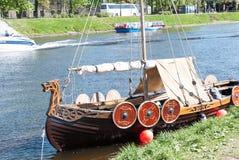 St Petersburg Ryssland - Maj 27, 2017: Det förtöjde legendariska Viking skeppet i St Petersburg, Ryssland Royaltyfria Bilder
