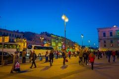 ST PETERSBURG RYSSLAND, 02 MAJ 2018: Det oidentifierade folket som går på centret i St Petersburg, inskrivas på Arkivfoton