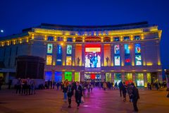 ST PETERSBURG RYSSLAND, 02 MAJ 2018: Det oidentifierade folket som går på centret i St Petersburg, inskrivas på Royaltyfri Foto