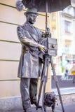 ST PETERSBURG RYSSLAND - Maj 15, 2013: en bronsmonument till den St Petersburg fotografen i Malaya Sadovaya Street i St Pete Royaltyfria Bilder
