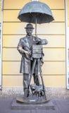 ST PETERSBURG RYSSLAND - Maj 15, 2013: en bronsmonument till en fotograf i Malaya Sadovaya Street i St Petersburg som förbi skapa Arkivbilder
