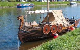 St Petersburg Ryssland - Maj 27, 2017: Förtöjt litet Viking skepp i St Petersburg, Ryssland Arkivfoto