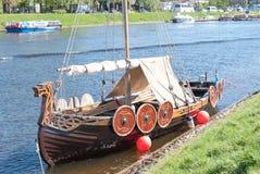 St Petersburg Ryssland - Maj 27, 2017: Förtöjt Viking skepp i St Petersburg, Ryssland Arkivbilder