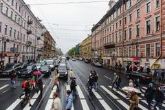 St Petersburg RYSSLAND - MAJ 31, 2017: Gator av St Petersburg som korsar Nevsky Prospekt royaltyfri foto